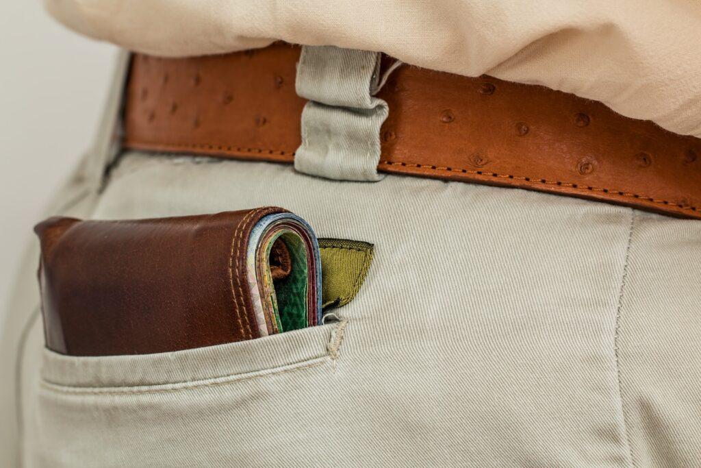 portfel w kieszeni spodni
